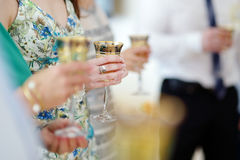 Gente que sostiene las copas de vino en el evento festivo Fotos de archivo libres de regalías