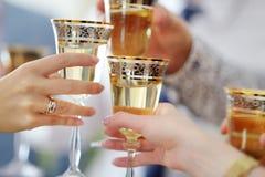 Gente que sostiene las copas de vino en el evento festivo Imagenes de archivo