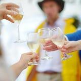 Gente que sostiene las copas de vino en el evento festivo Fotografía de archivo