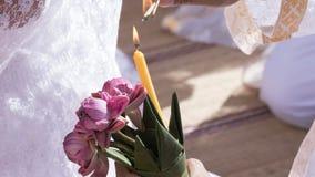 Gente que sostiene loto rosado y que enciende la vela y el incienso Fotografía de archivo libre de regalías
