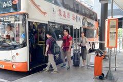 Gente que sube al autobús Foto de archivo