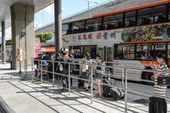 Gente que sube al autobús Foto de archivo libre de regalías