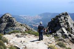 Gente que sube para arriba el soporte Capanne en la isla de Elba, Italia foto de archivo