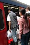 Gente que sube a un tren Imagen de archivo libre de regalías