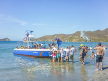 Gente que sube a un viaje del barco a la isla caribeña Imagenes de archivo