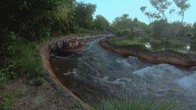 Gente que tiene atracción de Kali River Rapids de la diversión en el reino animal en el área 1 de Walt Disney World almacen de video