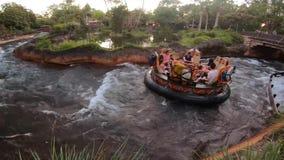 Gente que tiene atracción de Kali River Rapids de la diversión en el reino animal en el área 2 de Walt Disney World almacen de metraje de vídeo