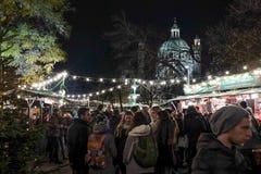 Gente que tiene buen tiempo en el mercado de la Navidad de Karlsplatz Imagen de archivo