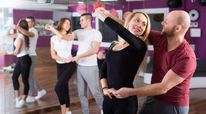 Gente que tiene clase de baile Imagen de archivo