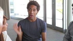 Gente que tiene discusión en grupo de ayuda almacen de metraje de vídeo