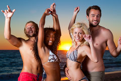 Gente que tiene partido en la playa foto de archivo