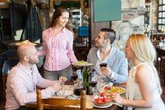Gente que tiene restaurante rural de la cena foto de archivo