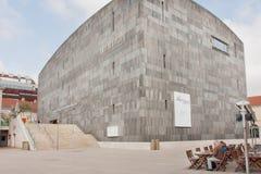 Gente que tiene resto en café al aire libre cerca de museo famoso del arte moderno Foto de archivo libre de regalías