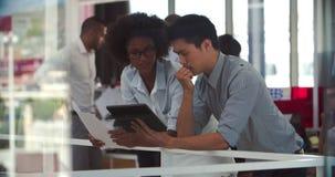Gente que tiene reunión informal en oficina abierta moderna del plan