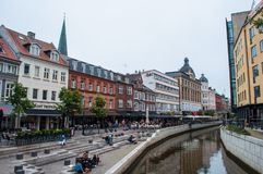 Gente que tiene un buen día en los bancos del canal de Aarhus en un día de verano Fotografía de archivo