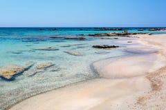 Gente que tiene un resto en la playa de Elafonissi crete Grecia imagen de archivo libre de regalías