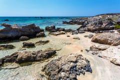 Gente que tiene un resto en la playa de Elafonissi crete Grecia fotos de archivo libres de regalías