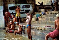 Gente que toma el baño ritual de la mañana en Varanasi Fotografía de archivo libre de regalías