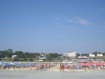 Gente que toma el sol en la playa Fotos de archivo