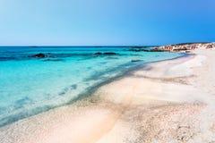 Gente que toma el sol en la playa de Elafonissi crete Grecia imagenes de archivo