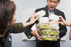Gente que toma la comida del colega foto de archivo