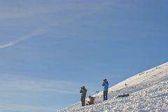 Gente que toma las fotos encima de Kasprowy Wierch de Zakopane en los wi Foto de archivo