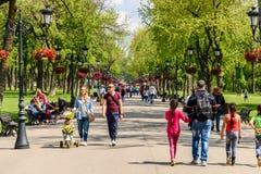 Gente que toma un paseo en día de verano caliente en el parque público de Mogosoaia Imagenes de archivo
