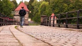 Gente que toma un paseo en la calle cobbled en el ` s Liberec de la República Checa almacen de metraje de vídeo