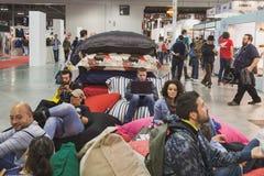 Gente que toma un resto en EICMA 2014 en Milán, Italia Fotografía de archivo libre de regalías