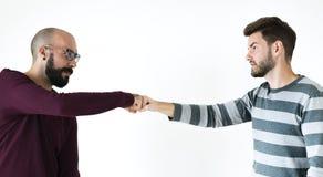 Gente que topa sus puños juntos Imagen de archivo