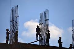Gente que trabaja al aire libre en la construcción de edificios Fotografía de archivo
