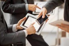 Gente que trabaja con la tableta Foto de archivo libre de regalías