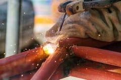 Gente que trabaja en el acero de soldadura en usos industriales imagenes de archivo