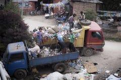 Gente que trabaja en el coche de la basura Imágenes de archivo libres de regalías