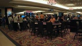 Gente que trabaja en el pasillo del casino metrajes