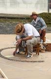 Gente que trabaja en la alfombra de flores Fotos de archivo