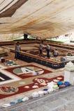 Gente que trabaja en la alfombra de la arena Fotos de archivo libres de regalías
