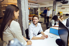 Gente que trabaja en la oficina moderna ocupada Foto de archivo