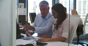 Gente que trabaja en los escritorios en oficina abierta moderna del plan almacen de metraje de vídeo