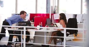 Gente que trabaja en los escritorios en oficina abierta moderna del plan metrajes