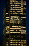 Gente que trabaja en un edificio de oficinas moderno Imagen de archivo libre de regalías