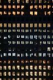 Gente que trabaja en un edificio de oficinas moderno Imagenes de archivo