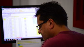 Gente que trabaja en una oficina con un ordenador almacen de video