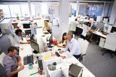 Gente que trabaja en una oficina ocupada Imágenes de archivo libres de regalías