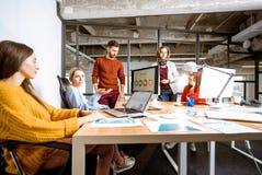 Gente que trabaja junto en los ordenadores en la oficina imágenes de archivo libres de regalías