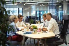 Gente que trabaja junto en sala de reunión fotos de archivo libres de regalías
