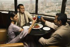 Gente que tuesta en restaurante Imagen de archivo libre de regalías