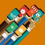 Gente que usa apps con sus teléfonos Imágenes de archivo libres de regalías