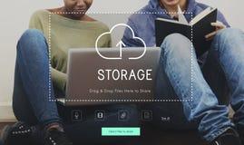 Gente que usa el dispositivo de Digitaces de la tecnología con el gráfico computacional del icono de la nube imagen de archivo