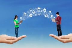Gente que usa el ordenador portátil para compartir la información Imagen de archivo libre de regalías